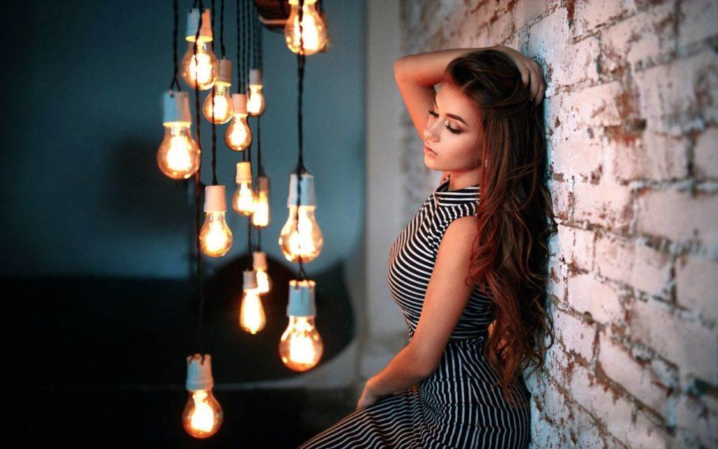 Лампочки, фотографии и необязательная офисная девочка
